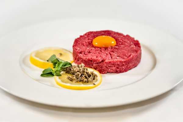 Meat tartare restaurant boeucc milan